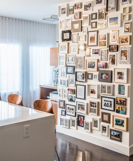 Стена оформлена фотографиями