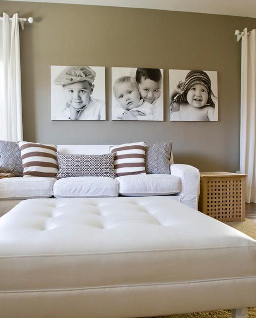 Семейные фотографии на стене над кроватью