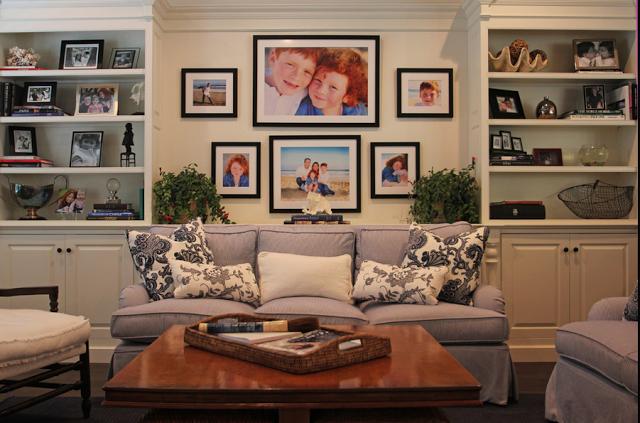 Семейные фотографии на стене в гостиной