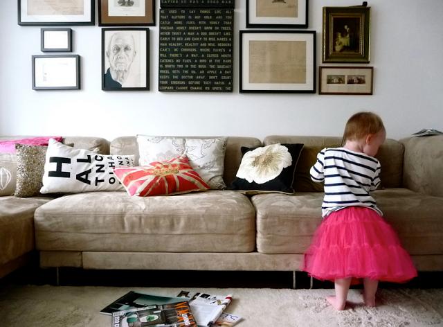 Постеры и фотографии на стене в интерьере