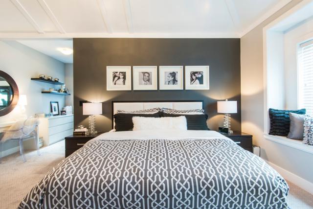 Черное-белые фотографии над кроватью