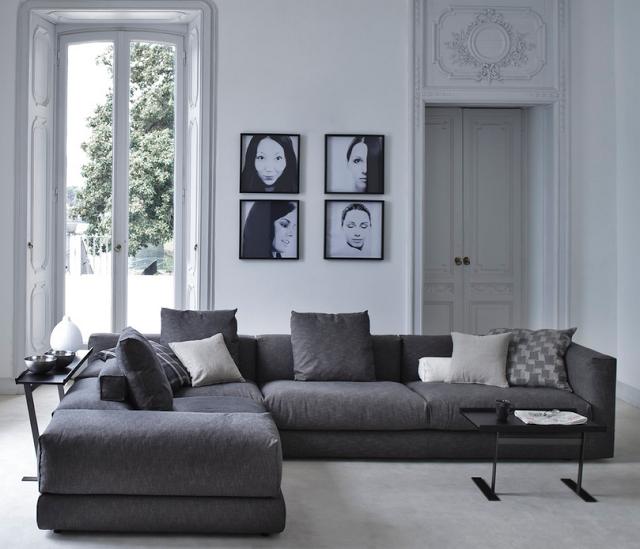 Портреты на стене за угловым диваном