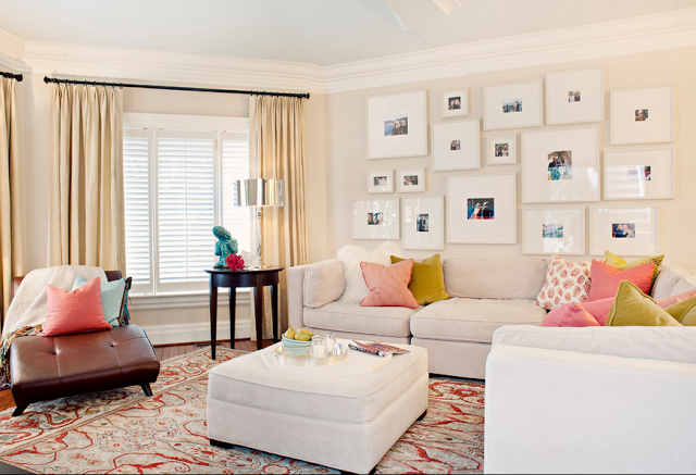 Белые рамки с фотографиями над диваном