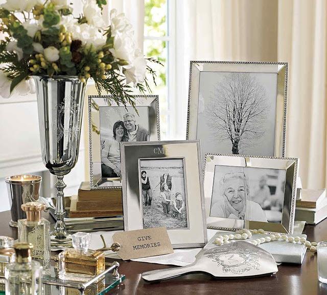 Фотографии в рамках на столе