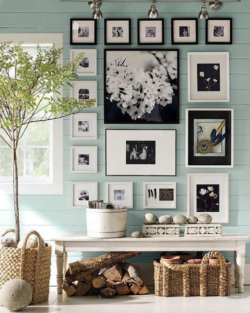 Черно-белые фото на деревянной стене