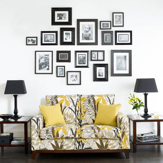 Черно-белые фотографии на стене за диваном
