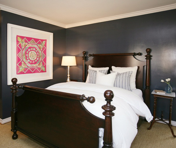 Классическая кровать в спальне