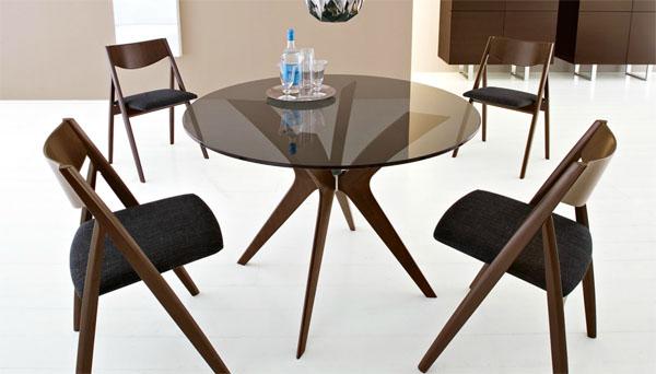 Круглый стеклянный стол и стулья