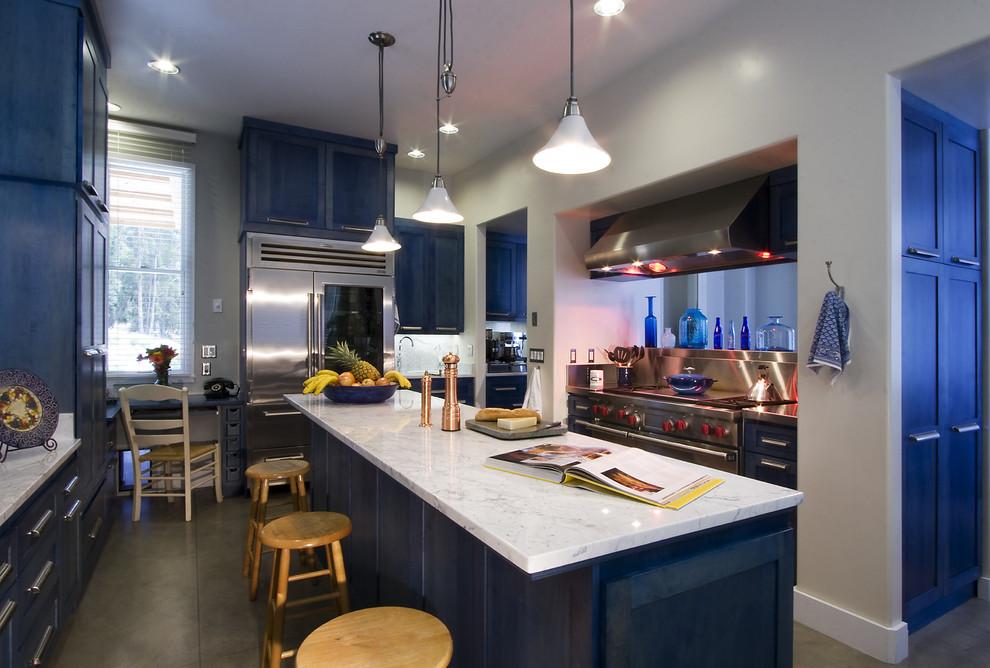 Интерьер кухни в глубоком синем цвете
