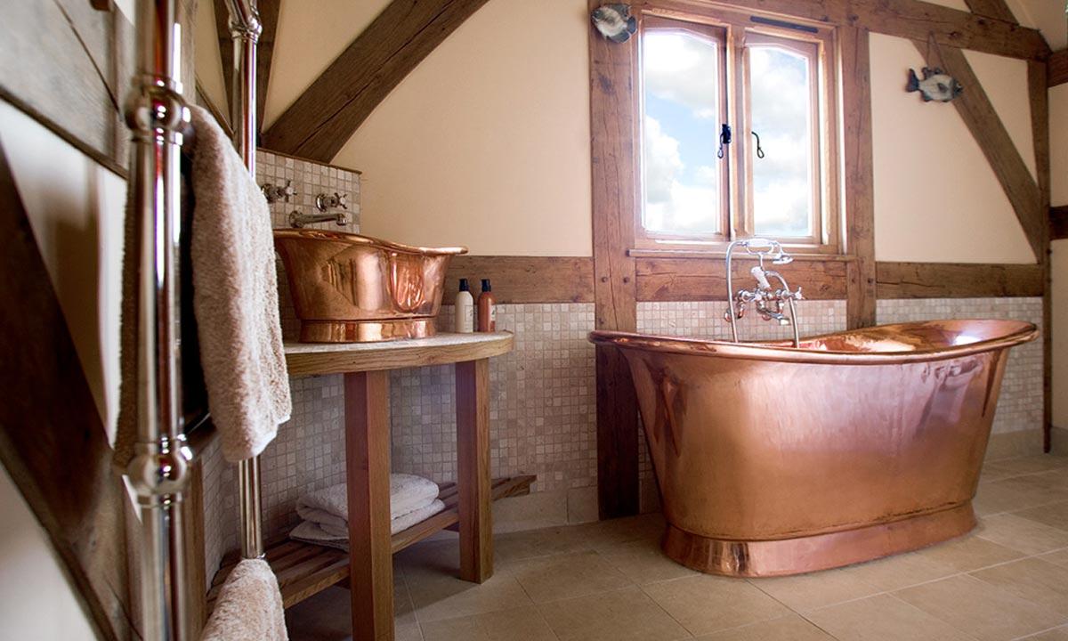 Золотая ванна и умывальник в виде ванны