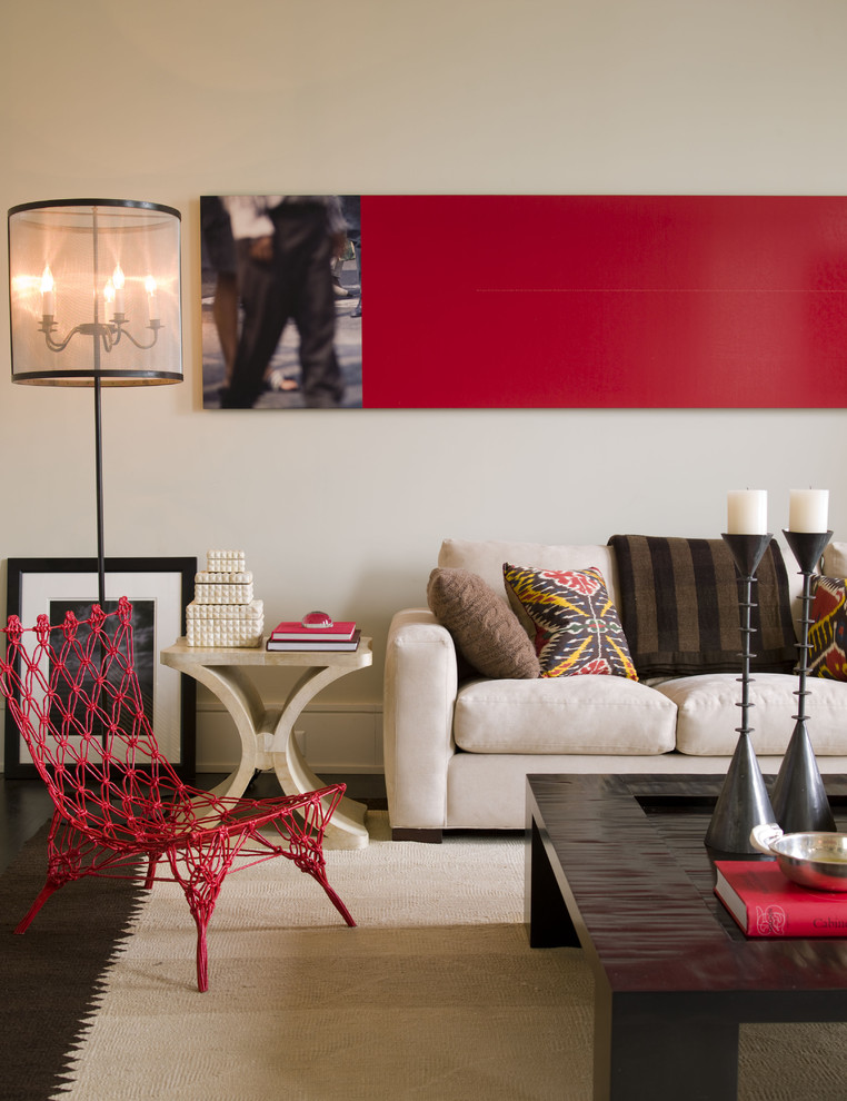 Красный плетёный стул в светлой гостиной