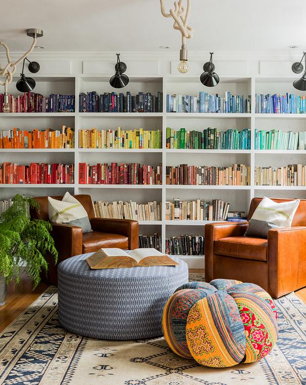 Цветной порядок на стеллажах