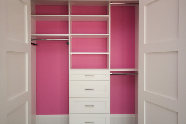 Дизайн шкафа в бело-розовом цвете