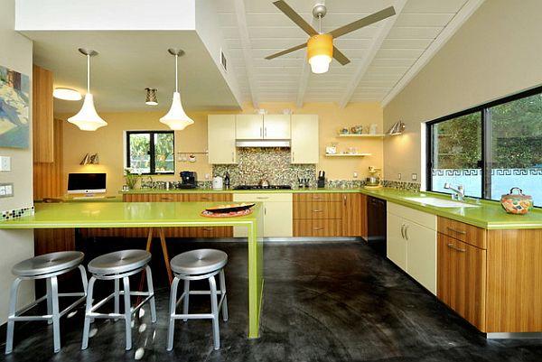 Зелёная столешница и барная стойка на кухне