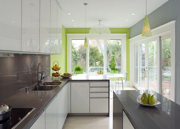Зелёная стена в бело-серой кухне
