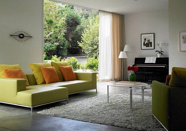 Пианино в гостиной с большим окном