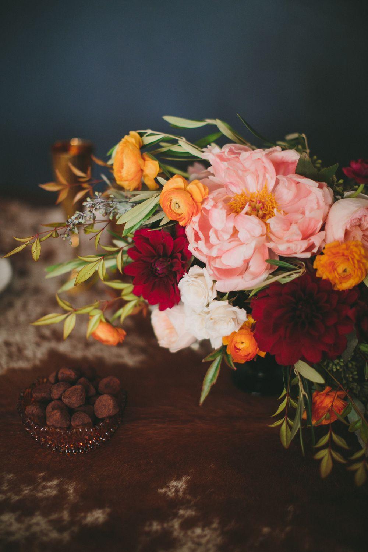 Разноцветный цветочный букет на праздничном столе