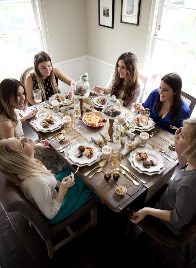 Процесс празднования на праздничном столе