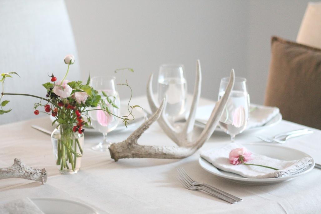 Белые тарелки на праздничном столе