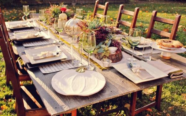 Винные бокалы на праздничном столе