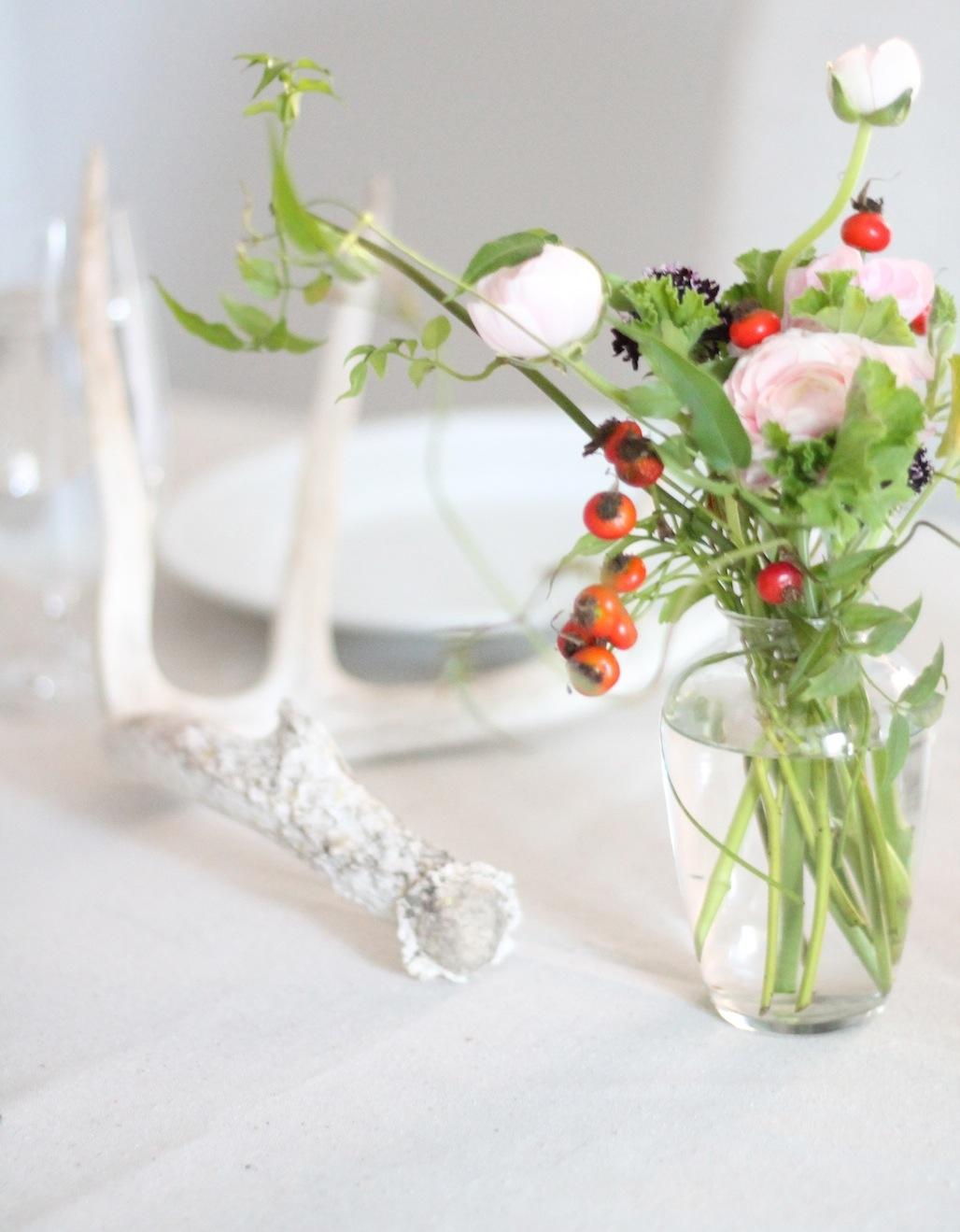Ваза с осенними цветочками на праздничном столе