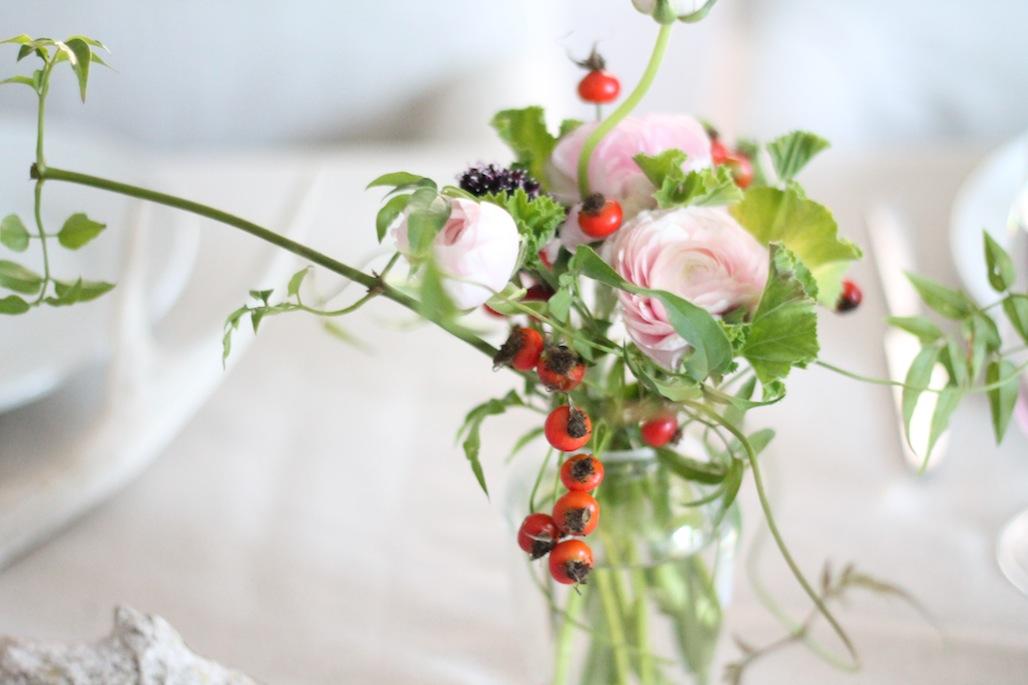 Декоративная роза в вазе на праздничном столе