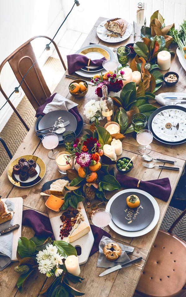 Черные тарелки на праздничном столе