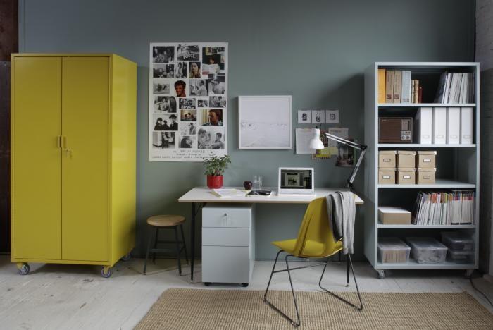 Ярко-жёлтый передвижной шкаф на колёсах в интерьере офиса