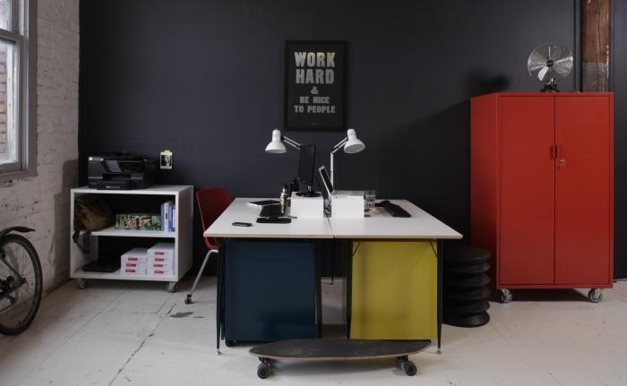Оригинальные рабочие столы с белыми столешницами в интерьере офиса