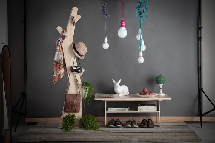 Прекрасный столик, светильники и вешалка в помещение