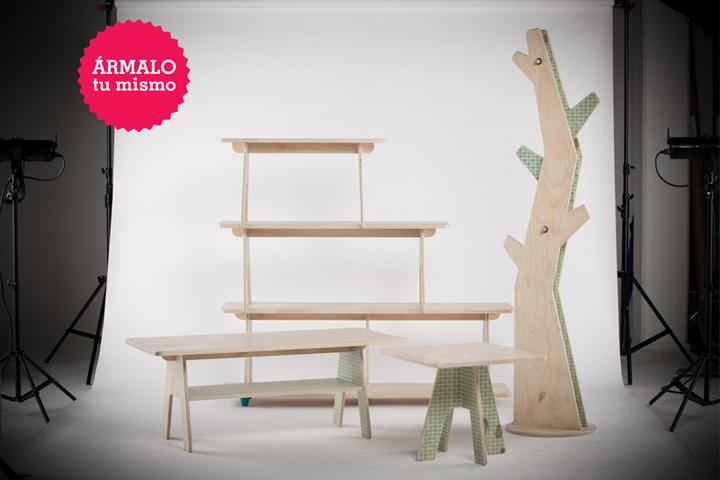 Деревянные стеллаж, вешалка и столы