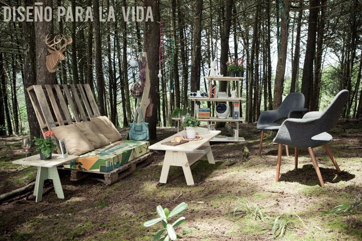 Замечательные столы, диван с комплектом подушек, стулья, стеллаж на фоне природы