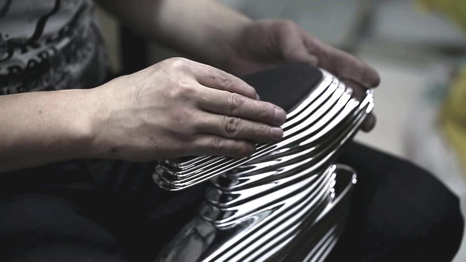 Процесс крепления стельки в футуристическую обувь