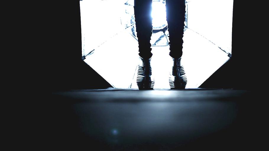 Футуристическая обувь на ногах