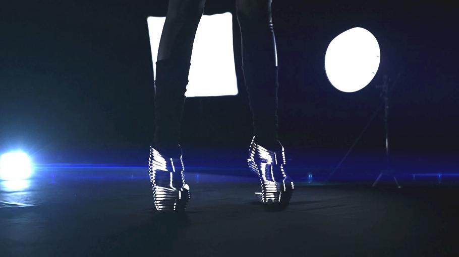 Модель в футуристической обуви