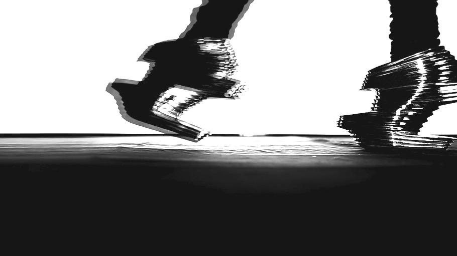 Футуристическая обувь в движении
