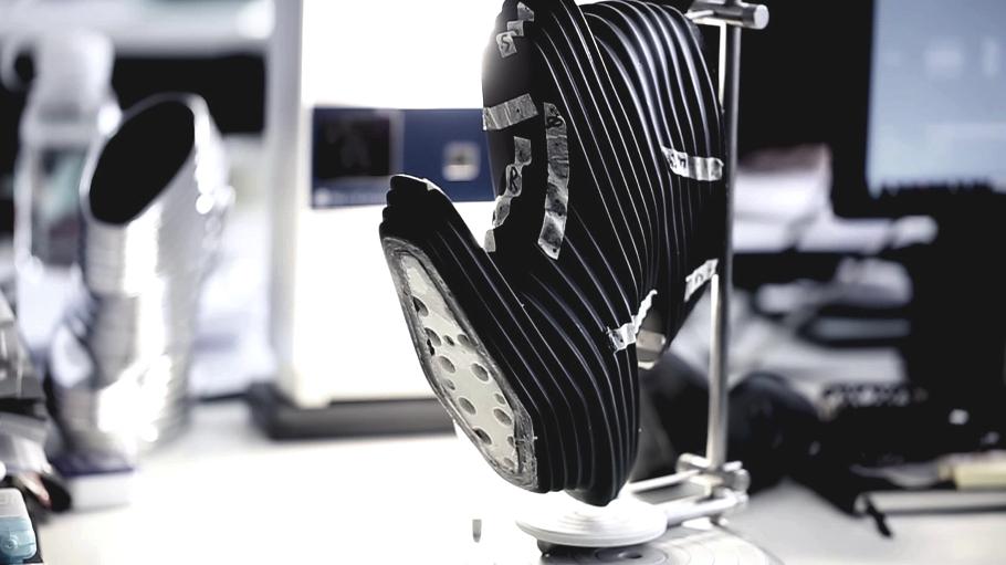 Процесс склейки футуристической обуви