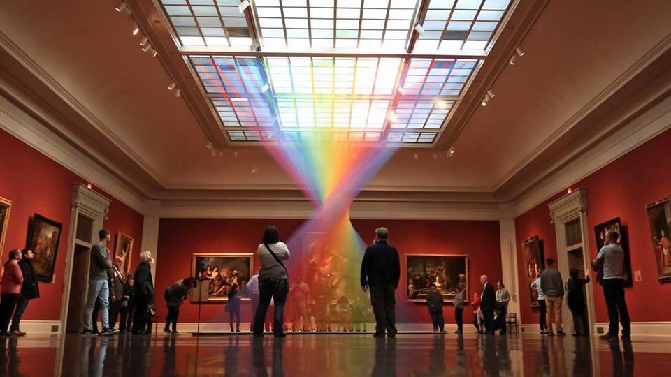 Инсталляция в Музее Толидо: радуга из 1000 цветных нитей от Габриэля Доу