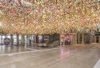 Красочный сад от Ребекки Луизы Лоу: масштабная цветочная инсталляция в атриуме Бикини Берлин