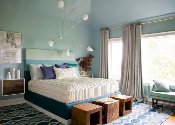 Деревянные табуреты в интерьере спальной комнаты