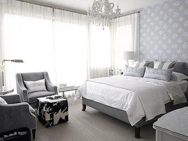 Яркий пуф в интерьере спальной комнаты
