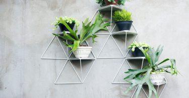 Простые геометрические полки для цветов в форме треугольников