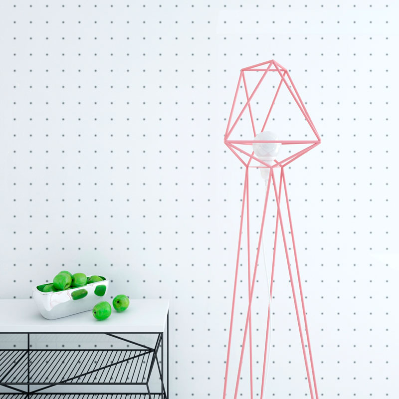 Геометрические светильники: розовый торшер на фоне стены