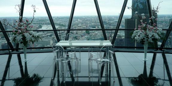 Стол и прозрачные стулья
