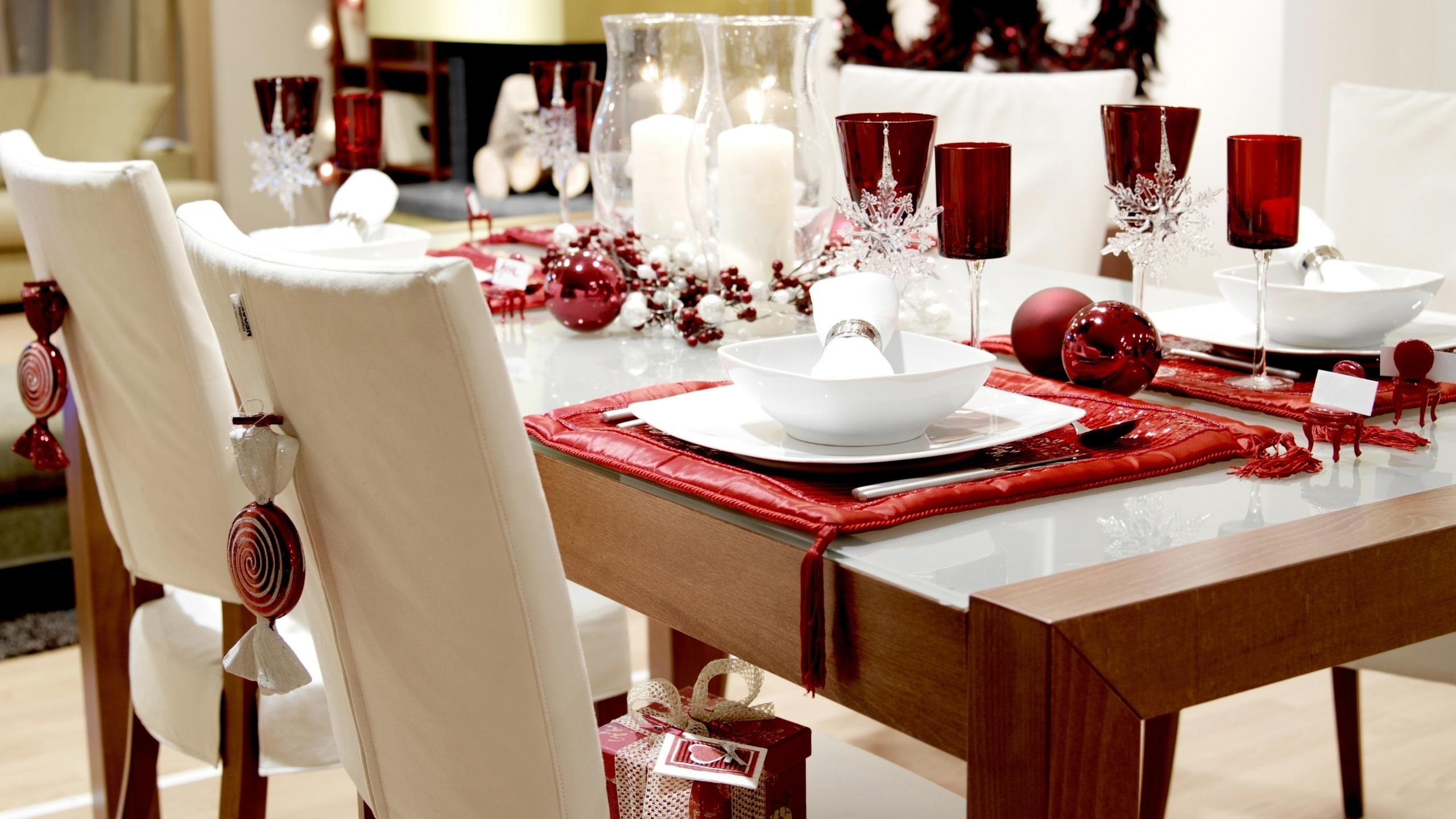 Красные акценты на столе