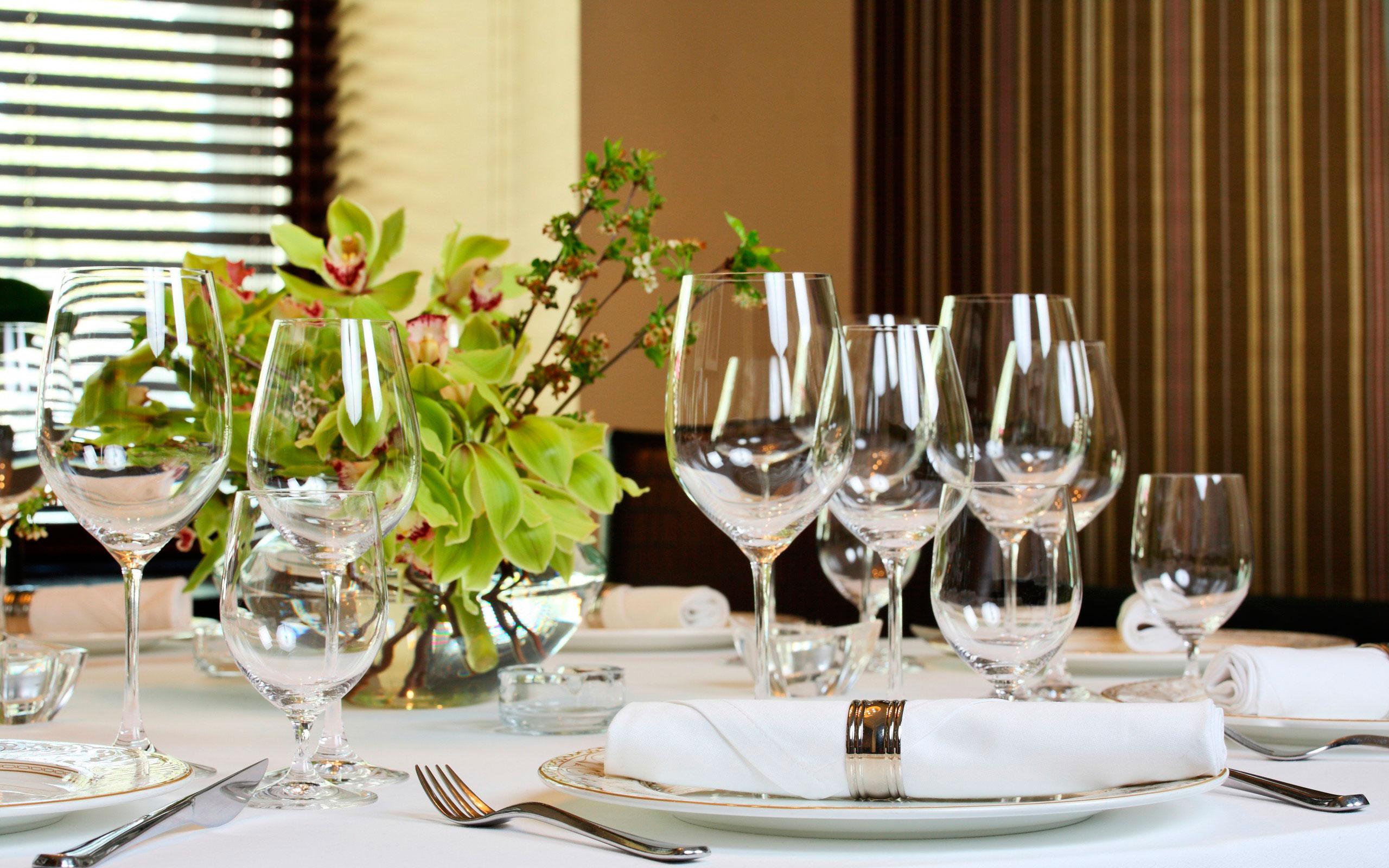 Цветы и бокалы на обеденном столе