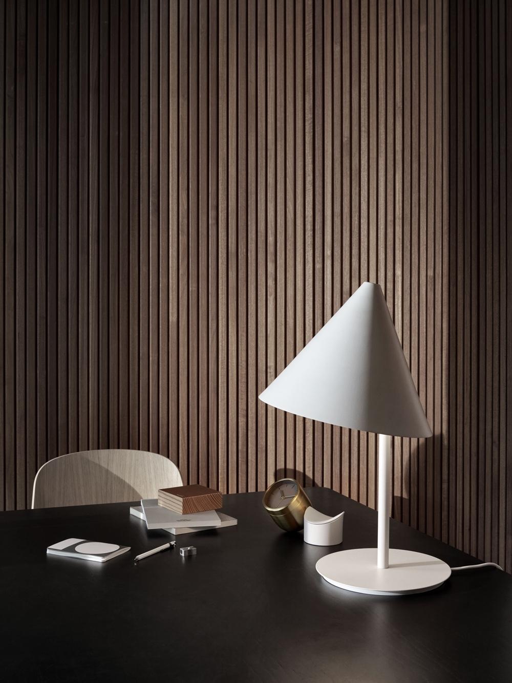 Принципы модернизма - столик с лампой