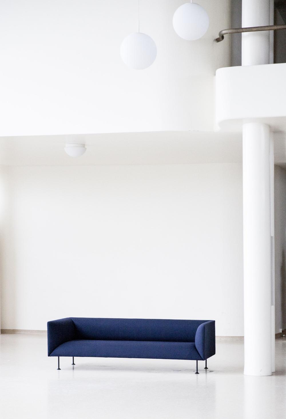 Принципы модернизма - синий диван