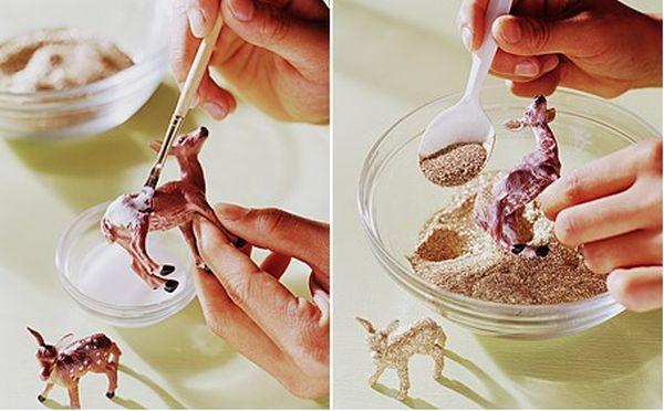 Процесс наложения блесток на фигурки животных