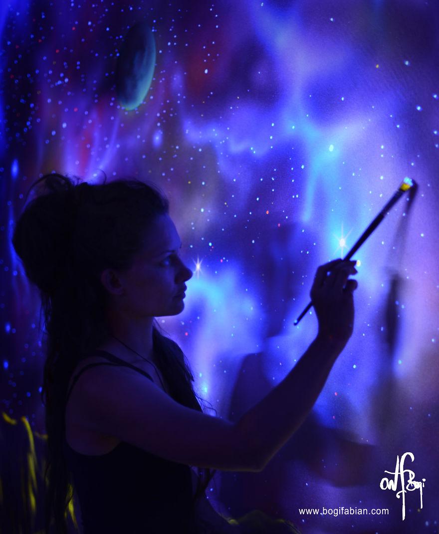 Светящиеся фрески на стенах комнаты